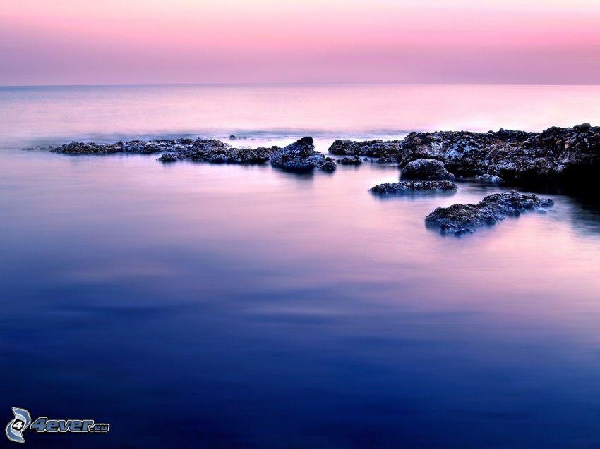 costa de piedra, cielo púrpura