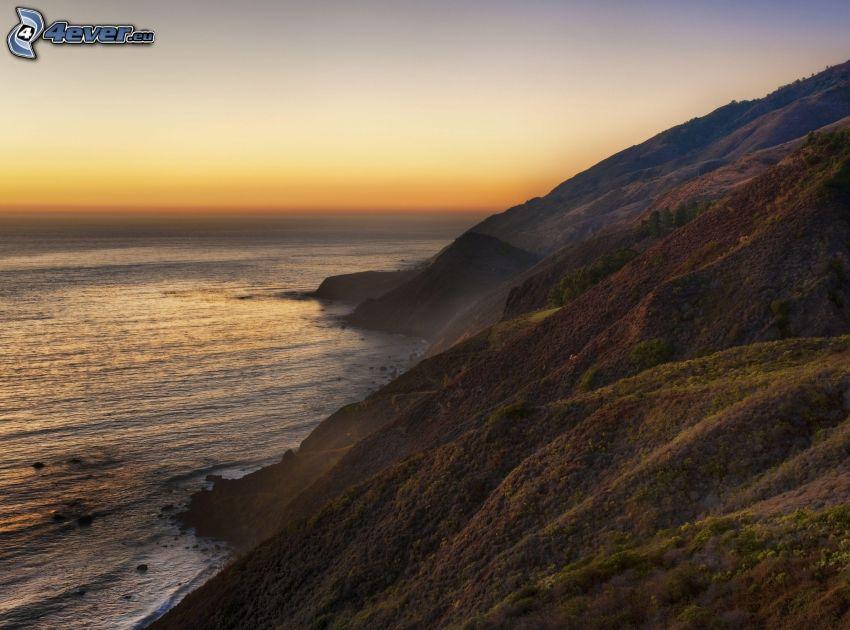 después de la puesta del sol, mar, montañas