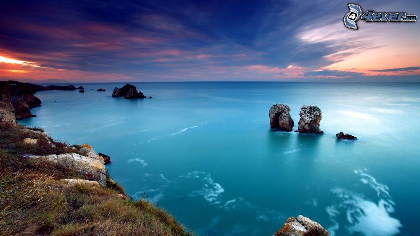 después de la puesta del sol, mar, rocas en el mar