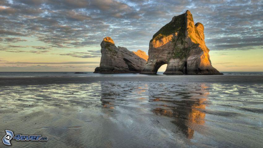 isla rocosa, mar, puerta rocosa en el mar, cielo de la tarde