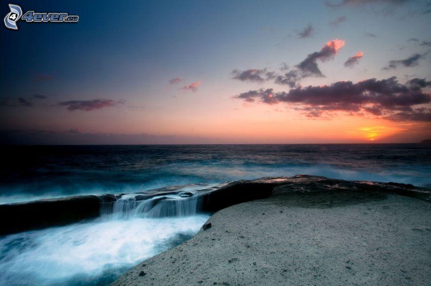 mar, cascada, cielo de la tarde