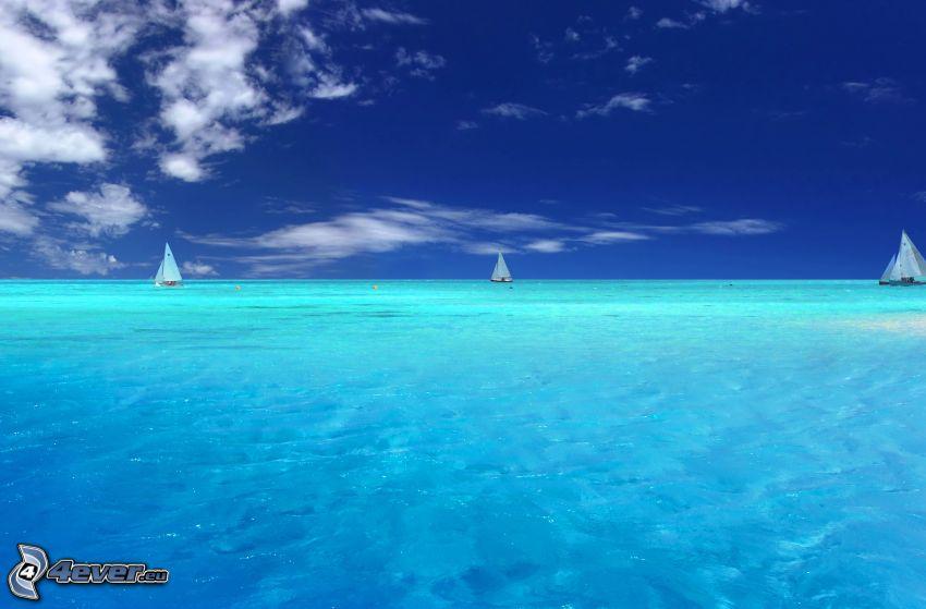 mar azul poco profundo, barco en el mar