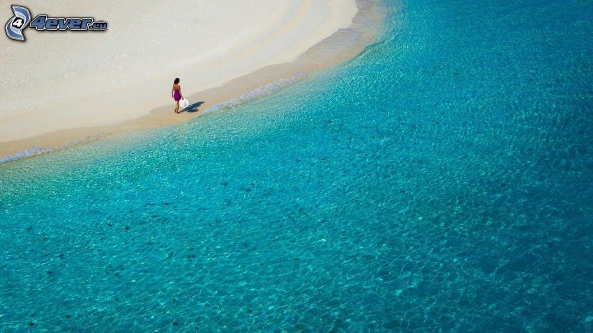 mar azul poco profundo, playa de arena, mujer en la playa