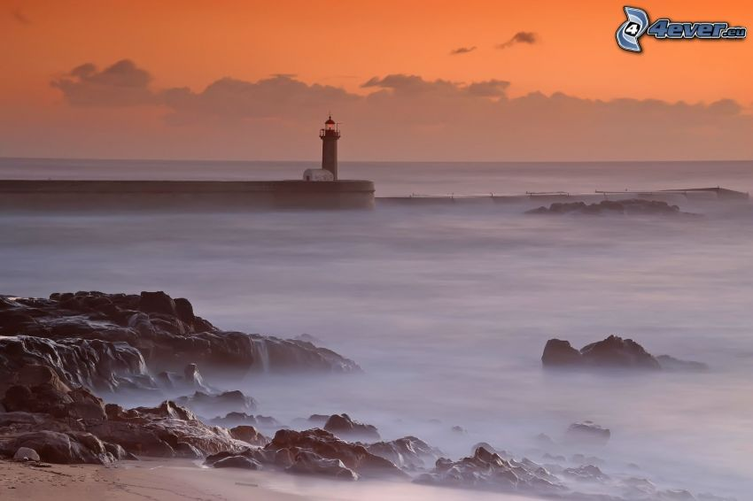 Muelle con faro, mar, costa de piedra, cielo