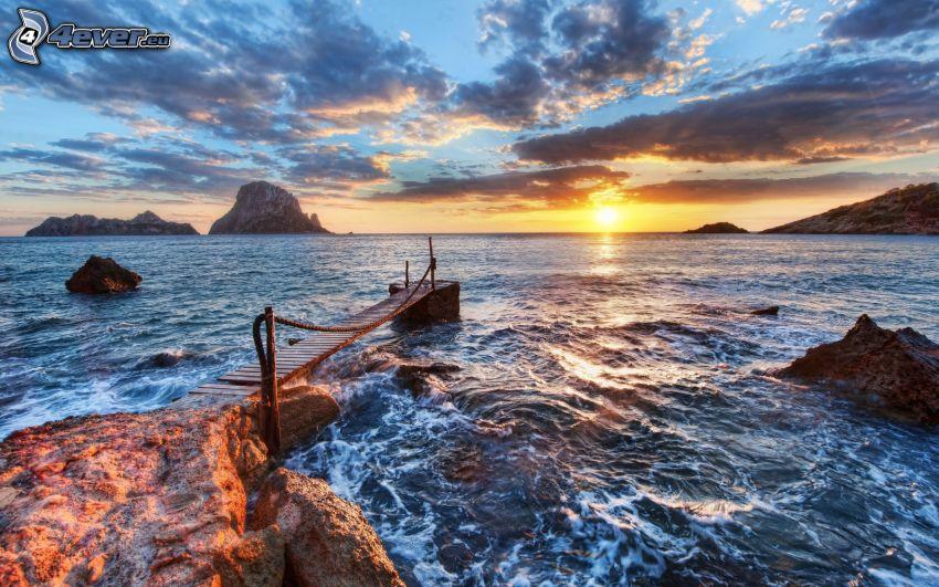 muelle de madera, mar, puesta de sol en el mar, rocas en el mar