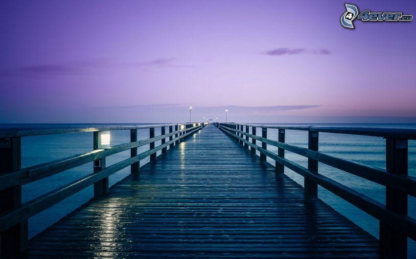 muelle largo, cielo púrpura