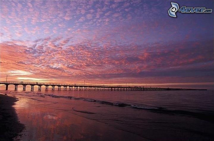 muelle largo, puesta del sol, cielo púrpura, playa, mar