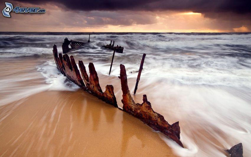 Nave abandonada oxidada, mar, nubes