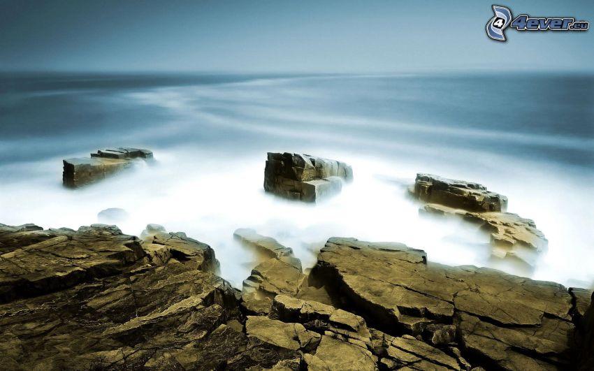 niebla sobre el mar, rocas