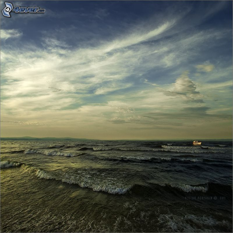 olas en la costa, barco en el mar