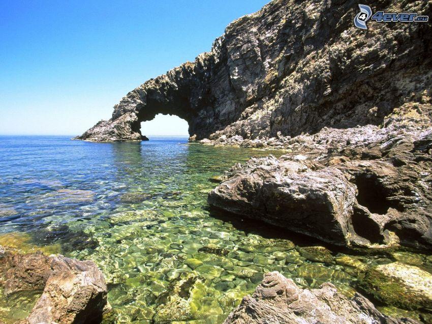 Pantelleria, Sicilia, puerta rocosa en el mar, acantilados costeros, piedras