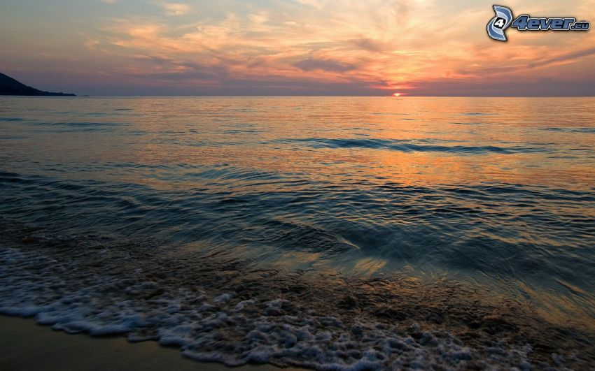 playa al atardecer, puesta de sol en el mar