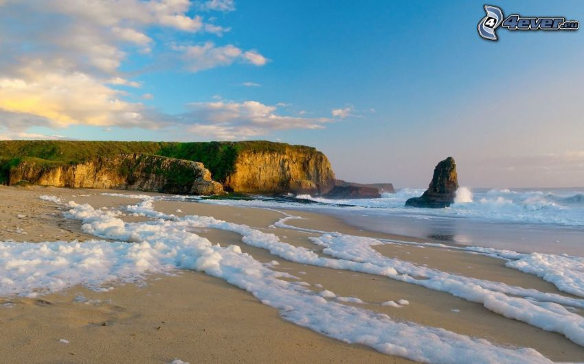 playa de arena, acantilados costeros, olas en la costa, roca en el mar