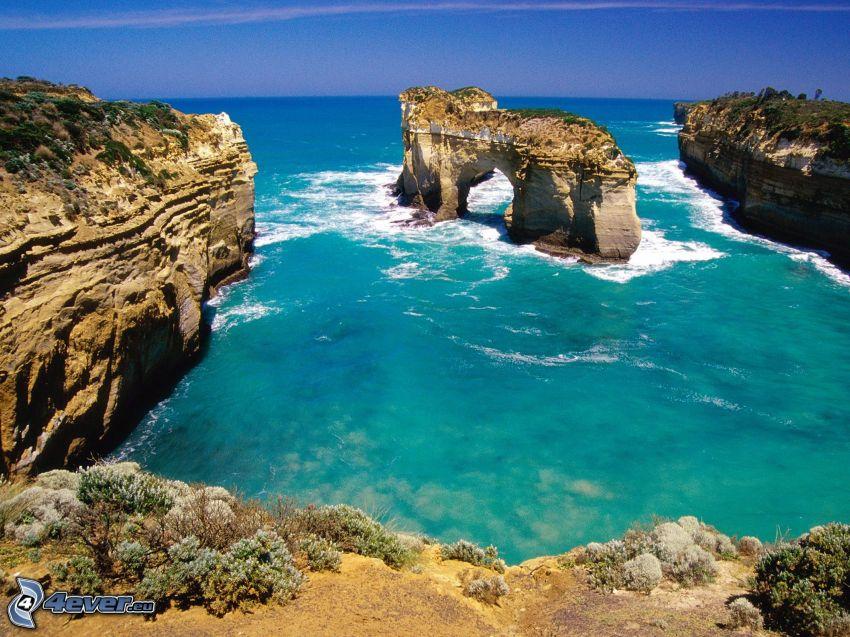 puerta rocosa en el mar, acantilados costeros