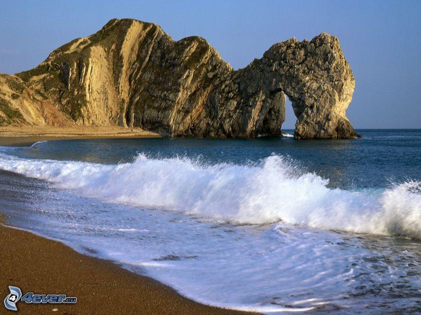 puerta rocosa en el mar, costa