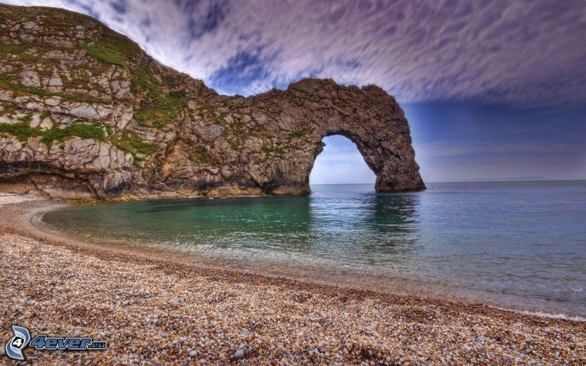 puerta rocosa en el mar, costa de piedra, mar