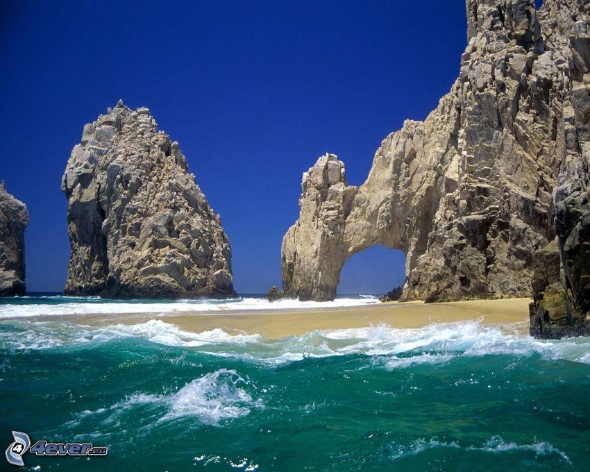 puerta rocosa en el mar, costa rocosa, playa, mar turbulento