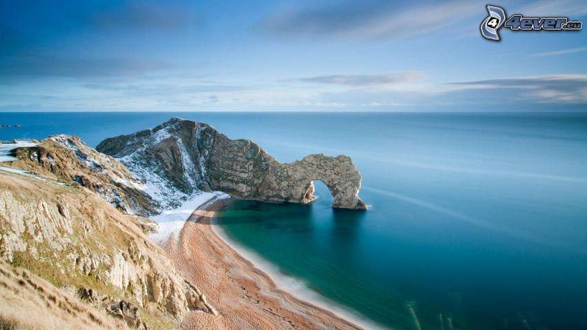 puerta rocosa en el mar, playa, vista al mar