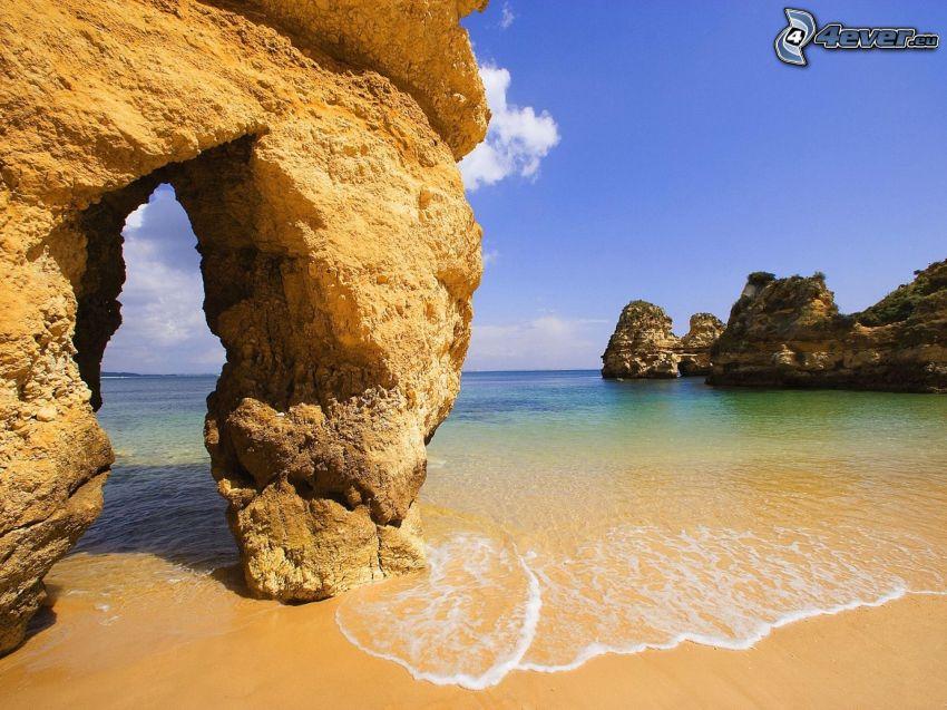 puerta rocosa en el mar, playa