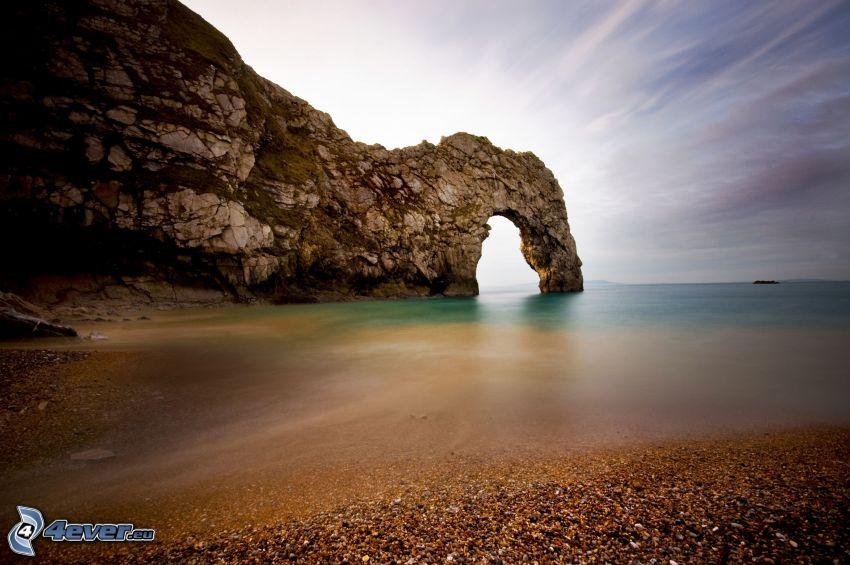 puerta rocosa en el mar, playa rocosa
