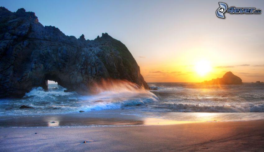 puerta rocosa en el mar, rocas en el mar, playa al atardecer