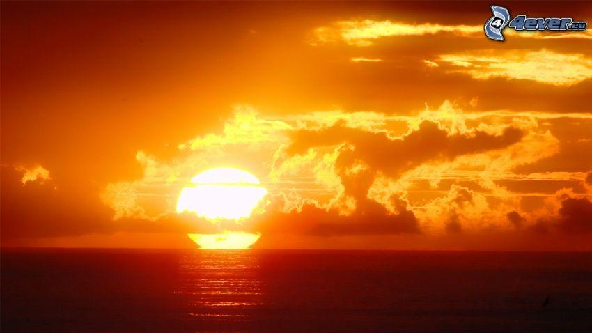 puesta de sol anaranjada, puesta de sol sobre el océano, nubes, cielo anaranjado