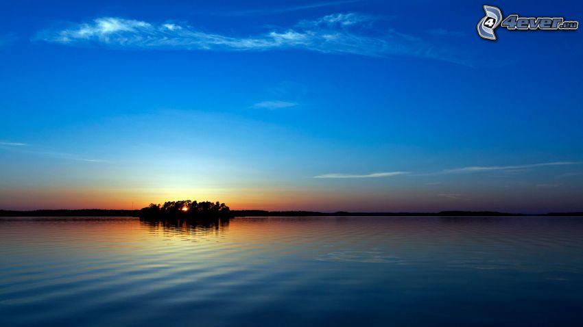 puesta de sol detrás de la isla, mar