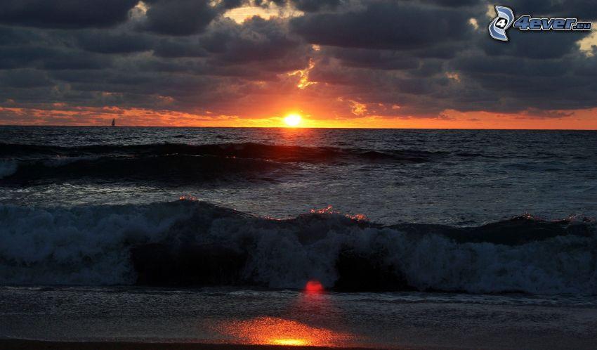 puesta de sol en el mar, ola, nubes oscuras