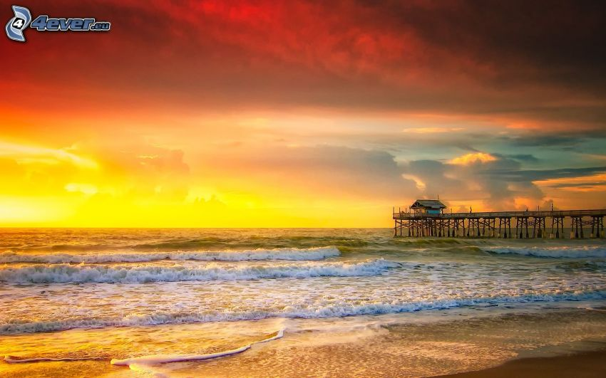 puesta de sol en el mar, playa de arena, muelle, cielo amarillo
