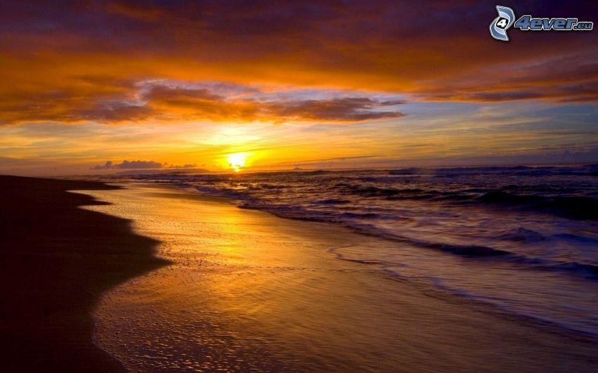 puesta de sol en el mar, playa de arena
