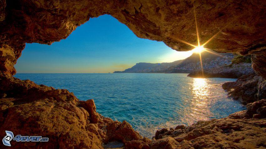 puesta de sol en el mar, playa rocosa, vista al mar