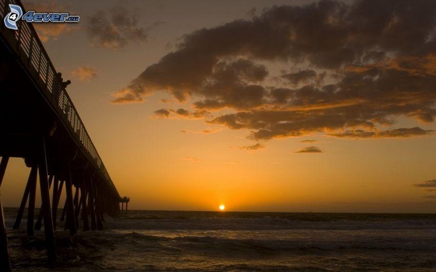 puesta de sol en el mar, puente, nubes