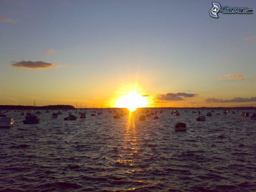 puesta de sol sobre el mar, barcos, agua