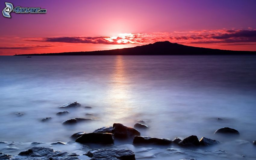 puesta de sol sobre el mar, isla, cielo púrpura
