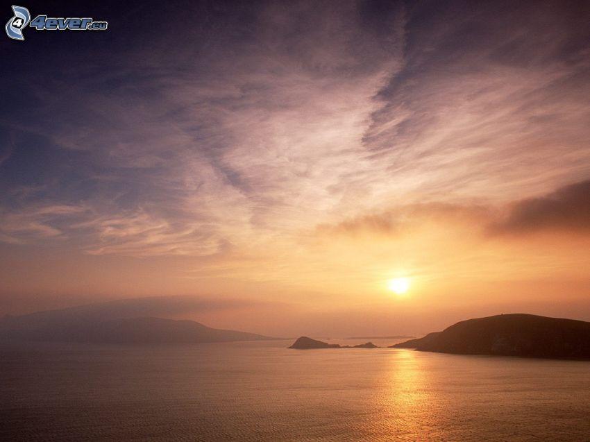 puesta de sol sobre el mar, islas, cielo