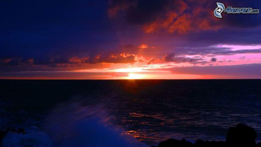 puesta de sol sobre el mar, mar turbulento, cielo de la tarde