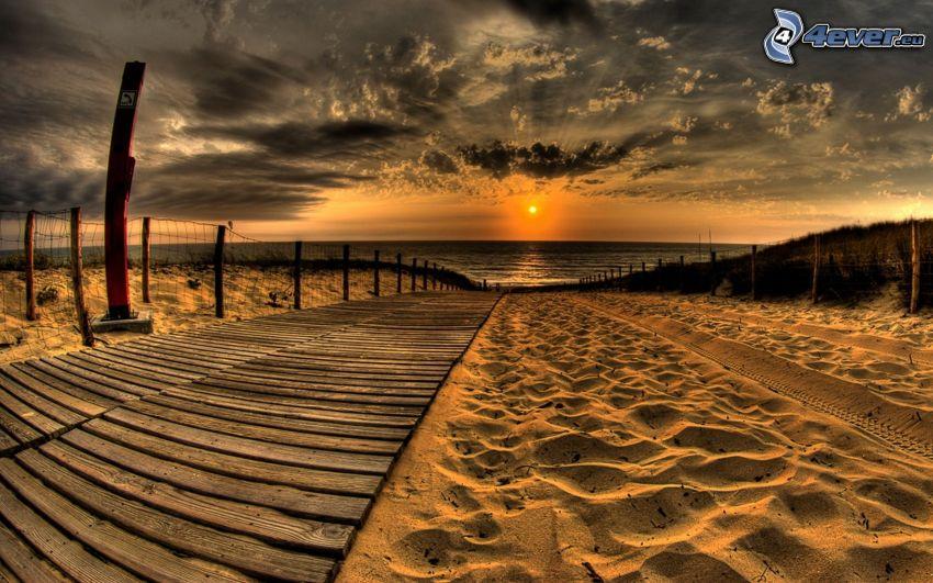 puesta de sol sobre el mar, playa de arena, muelle
