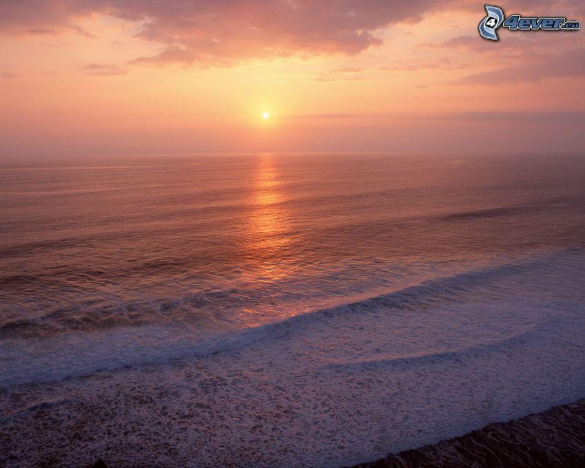puesta de sol sobre el océano, mar, olas en la costa
