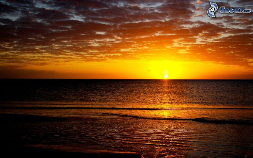 puesta de sol sobre el océano
