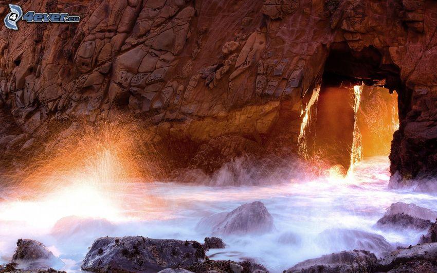 roca en el mar, rayos de sol