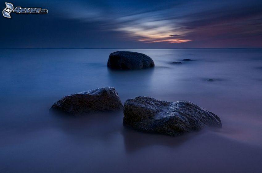 rocas en el mar, después de la puesta del sol