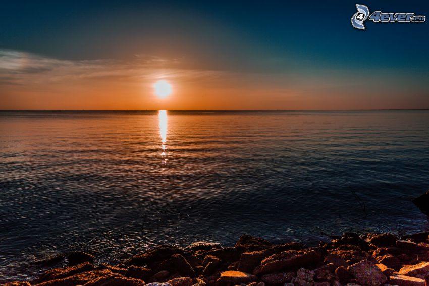salida de sol en la superficie del mar