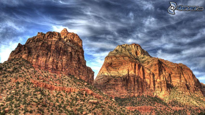 montaña rocosa, cielo oscuro