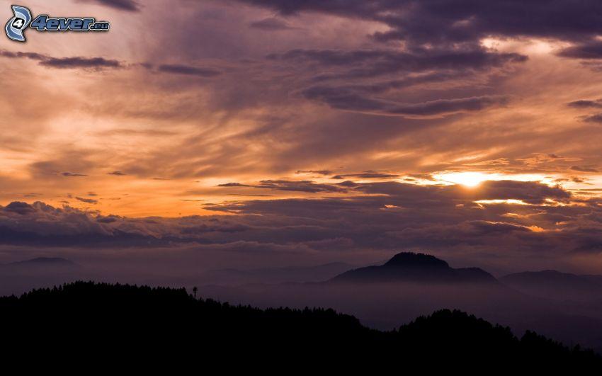 montañas en las nubes, puesta de sol en las nubes