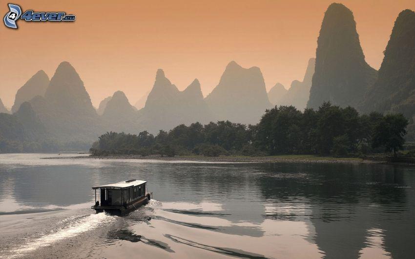 barco en el río, montañas altas, China