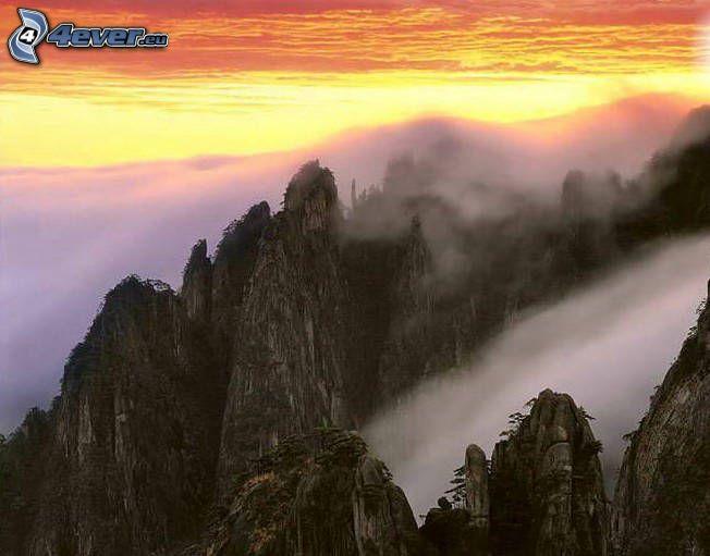 Campo chino, colina, niebla