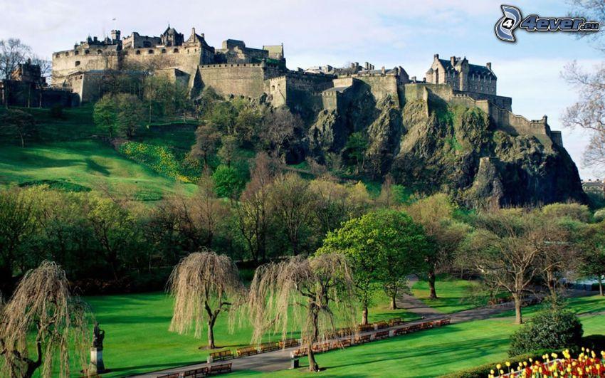Castillo de Edimburgo, jardín, parque, árboles, castillo, roca