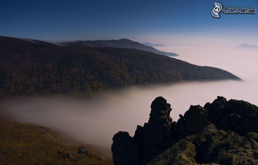 colina, rocas, inversión térmica, niebla baja
