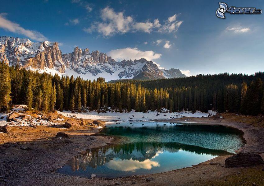 Dolomitas, lago de montaña, bosques de coníferas