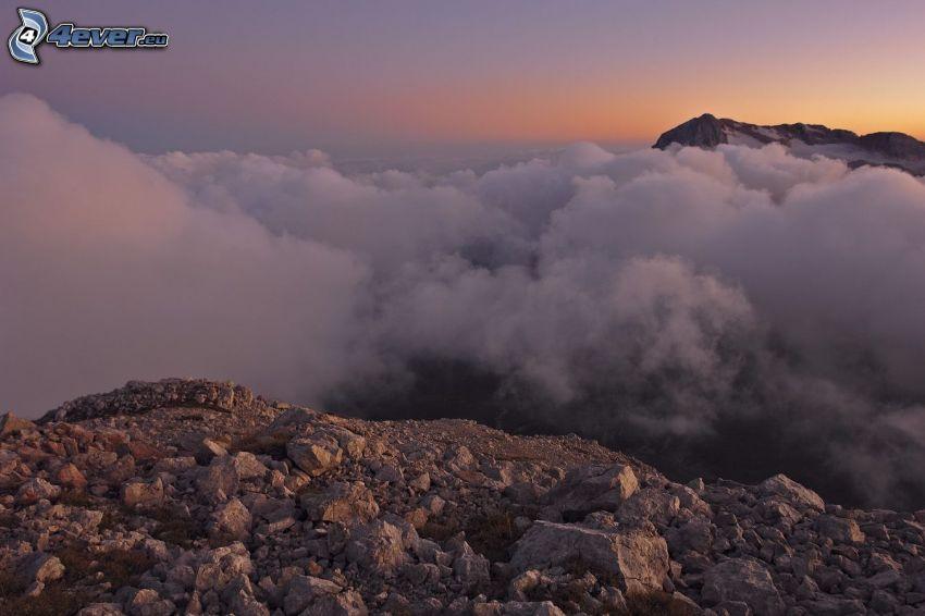 encima de las nubes, montañas altas, puesta del sol, rocas
